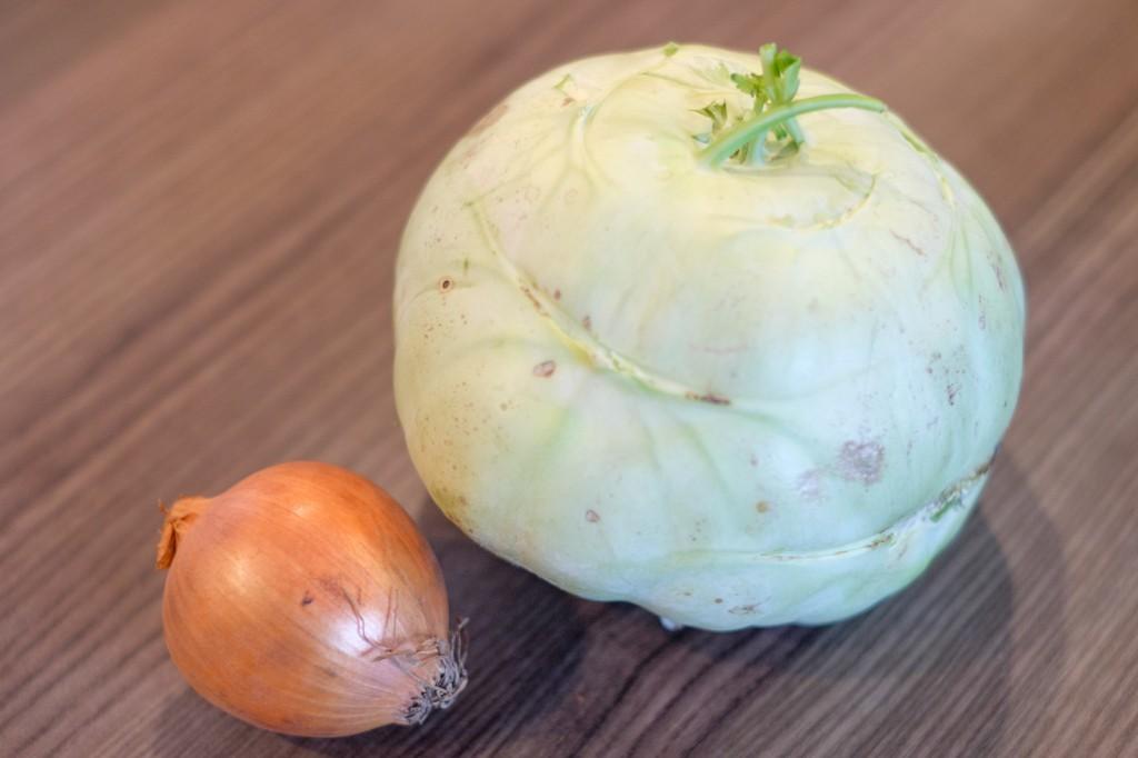 Je nach Größe reichen jeweils eine halbe bzw. ganze Zwiebel und Kohlrabi