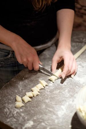 Den Gnocchi-Teig in Stränge rollen und zerstückeln.