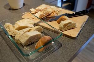 Altes Brot schneiden und in Auflaufform legen
