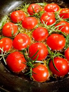 Tomaten karamellisieren in der Pfanne