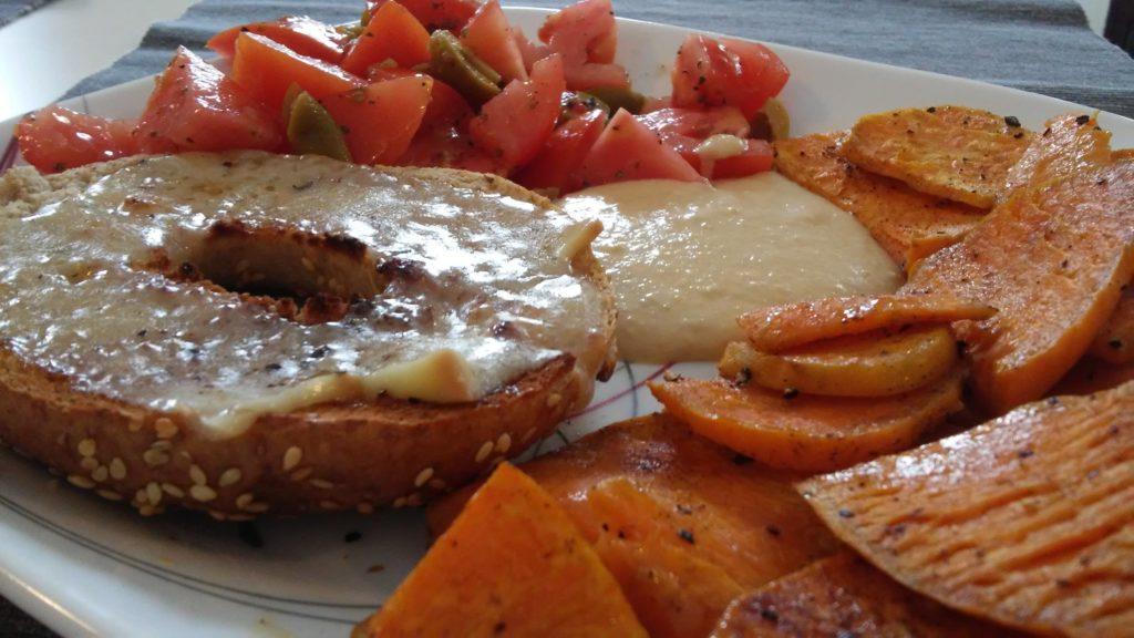 Hummus mit Bagel, Süßkartoffeln und Salat