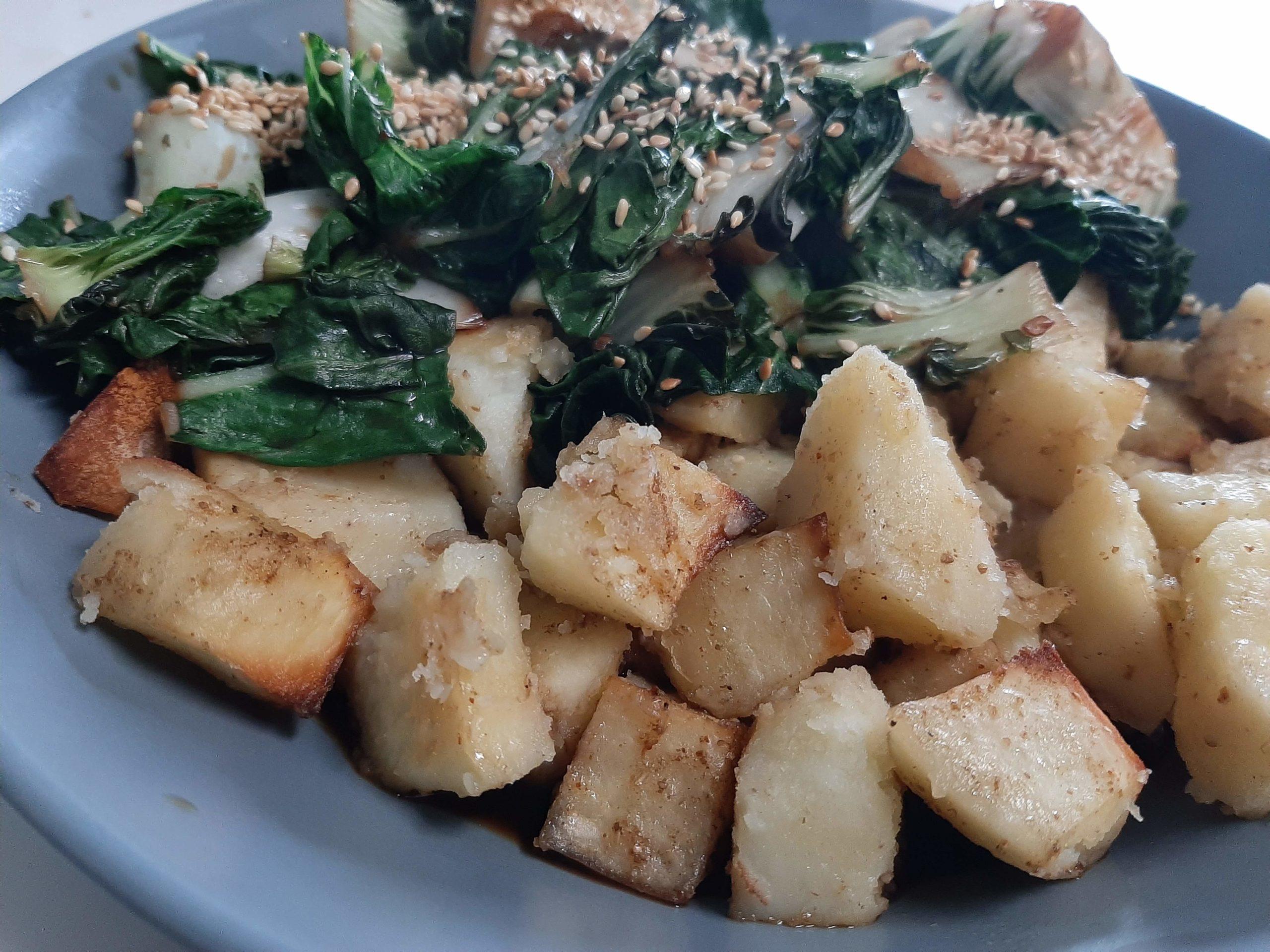 Sesam-Bok Choy mit Chilli Kartoffeln